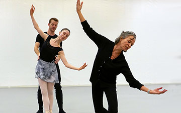 Foyer de danse: Ginevra Zambon and Kevin Emerton with Ursula Hageli.© Rachel Thomas. (Click image for larger version)