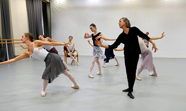 <I>Foyer de danse</I>: Ursula Hageli and Royal Ballet dancers.<br />© Rachel Thomas. (Click image for larger version)