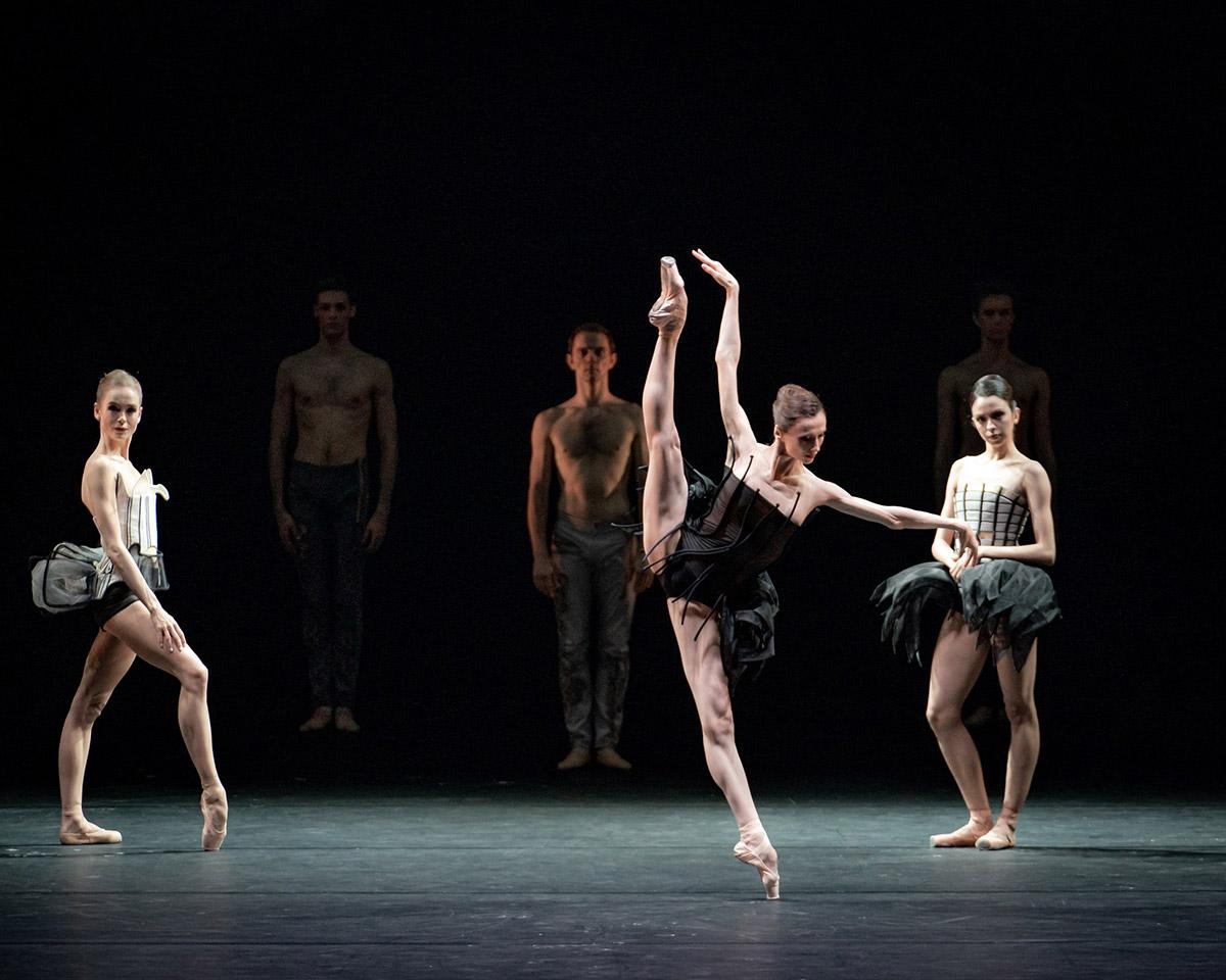 Svetlana Zakharova and dancers in Come un Respiro.© Jack Devant. (Click image for larger version)
