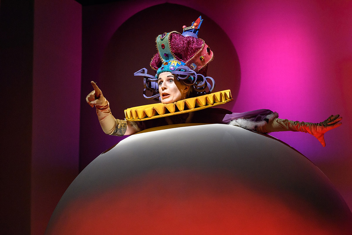 Donna Lennard as the King in The Little Prince.© Jane Hobson. (Click image for larger version)