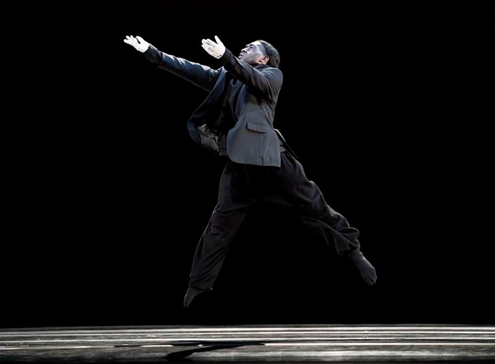 Chalvar Monteiro in Aszure Barton's BUSK.© Paul Kolnik. (Click image for larger version)