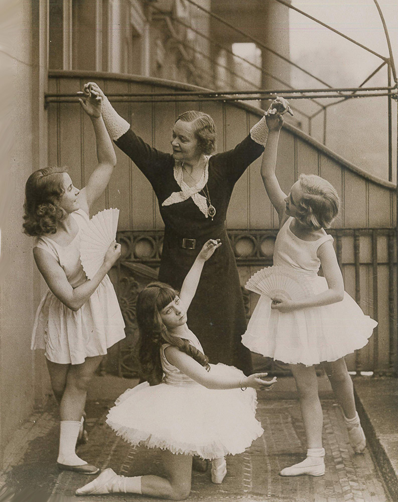 Adeline Genée c. 1932 with young members of the Association of Operatic Dancing, before a Gala Matinée performance at Drury Lane.© Photopress/RAD. (Click image for larger version)