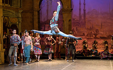 Francesco Gabriele Frola in Le Corsaire.© Laurent Liotardo. (Click image for larger version)