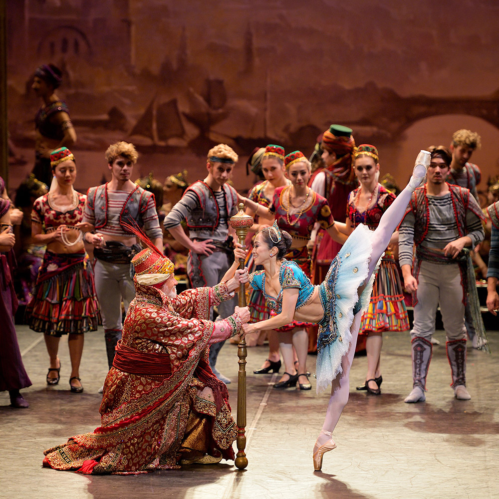 Michael Coleman and Erina Takahashi in Le Corsaire.© Laurent Liotardo. (Click image for larger version)
