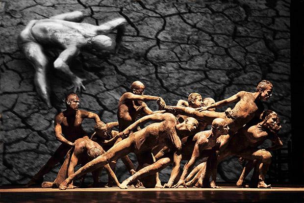 Companhia de Dança Deborah Colker in <I>Cāo Sem Plumas</I>/<I>Dog Without Feathers</I>.<br />© Cafi. (Click image for larger version)