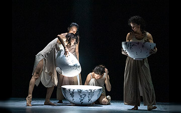 Viviana Durante Company in Unda.© Foteini Christofilopoulou. (Click image for larger version)