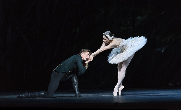 Marianela Nunez and Vadim Muntagirov in <I>Swan Lake</I>.<br />© Bill Cooper, courtesy the Royal Opera House. (Click image for larger version)
