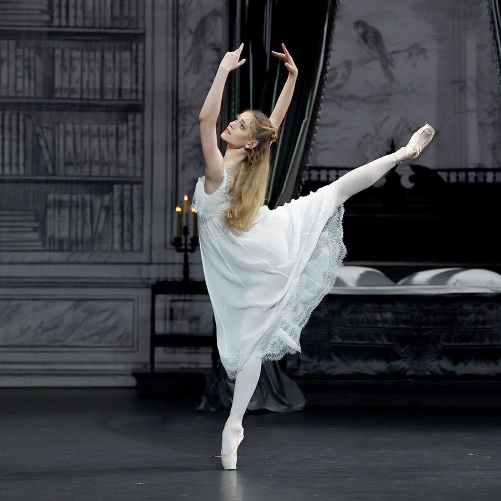 Diana Ionescu in Mayerling.© Stuttgart Ballet. (Click image for larger version)
