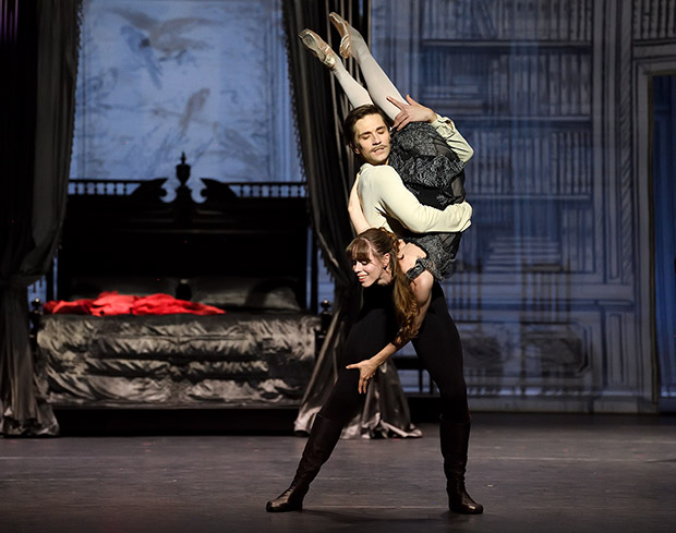 Friedemann Vogel and Elisa Badenes in <I>Mayerling</I>.<br />© Stuttgart Ballet. (Click image for larger version)