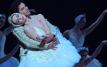 Jurgita Dronina and Isaac Hernández in Swan Lake.© Laurent Liotardo. (Click image for larger version)