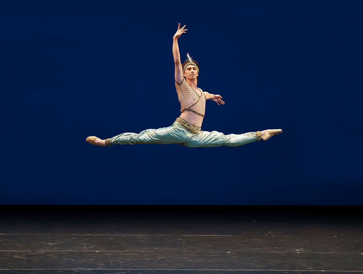 Vadim Muntagirov in <I>Le Corsaire</I><br />© Emma Kauldhar, courtesy the Royal Opera House. (Click image for larger version)