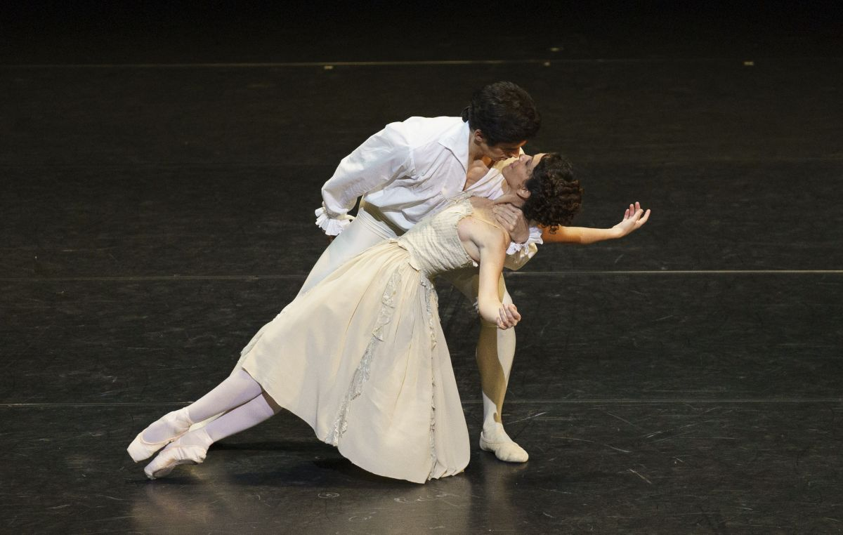 Federico Bonelli and Laura Morera in Manon.© Emma Kauldhar, ROH. (Click image for larger version)