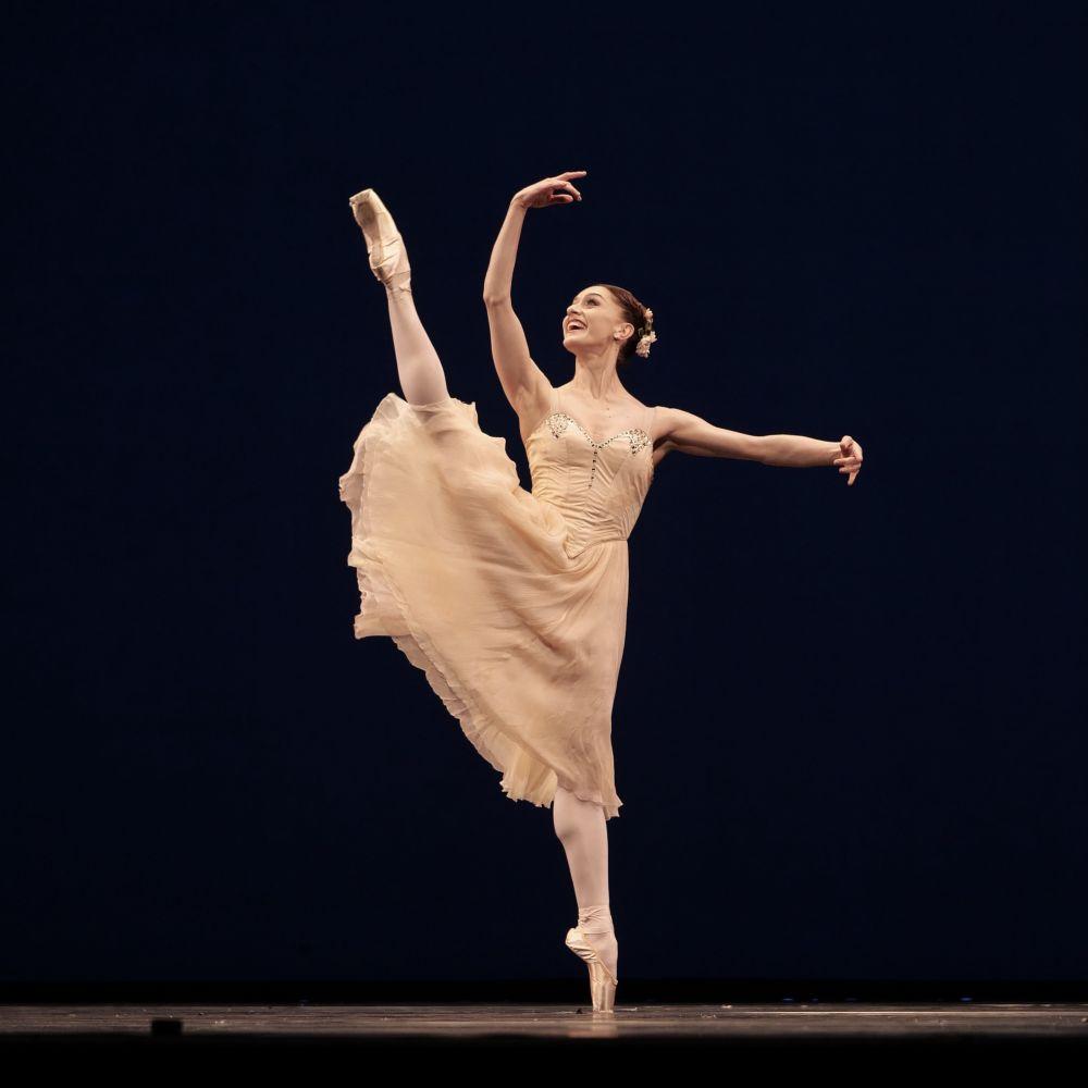 Marianela Nunez in Tchaikovsky Pas de Deux.© Rachel Hollings, ROH. (Click image for larger version)