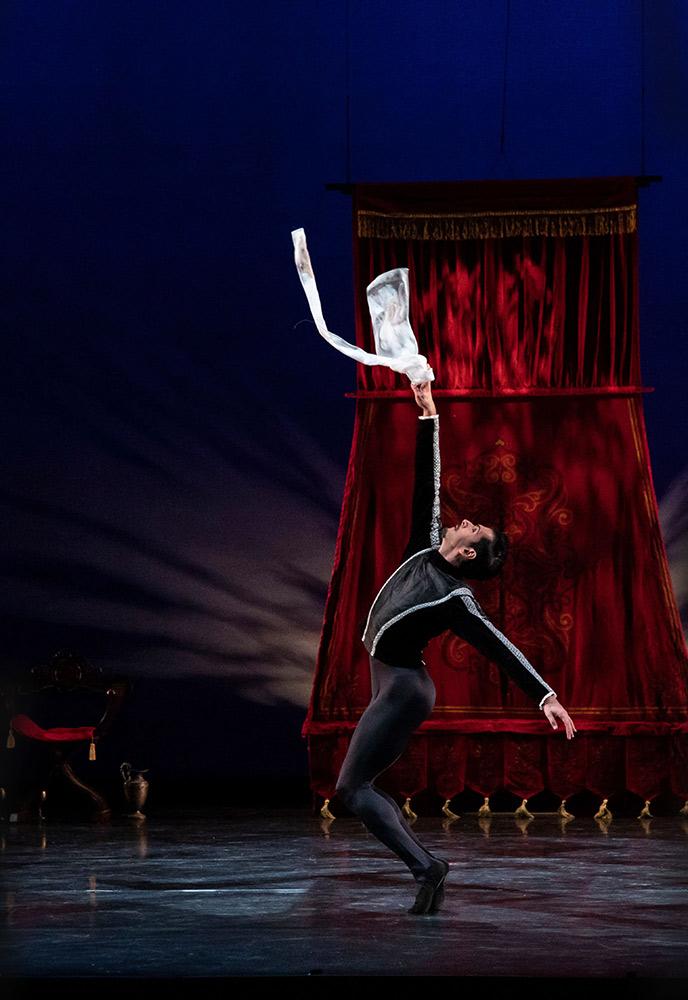 Ricardo Graziano in Peter Darrell's Othello.© Matthew Holler/Sarasota Ballet. (Click image for larger version)