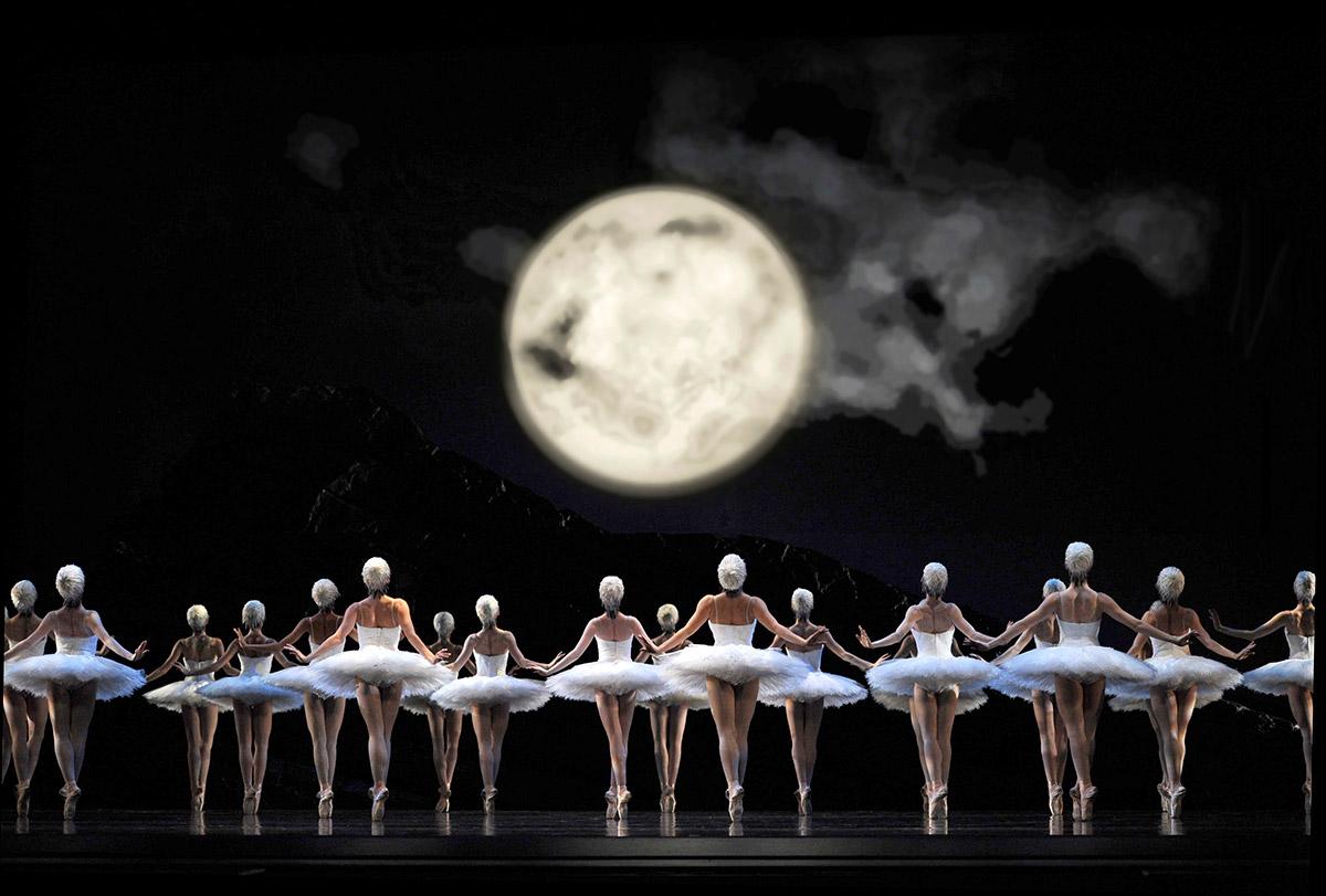 San Francisco Ballet in Tomasson's <I>Swan Lake</I>.<br />© Erik Tomasson. (Click image for larger version)