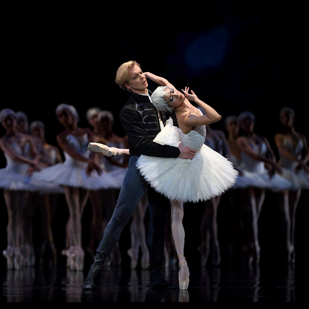 Yuan Yuan Tan and Tiit Helimets in Tomasson's Swan Lake.© Erik Tomasson. (Click image for larger version)
