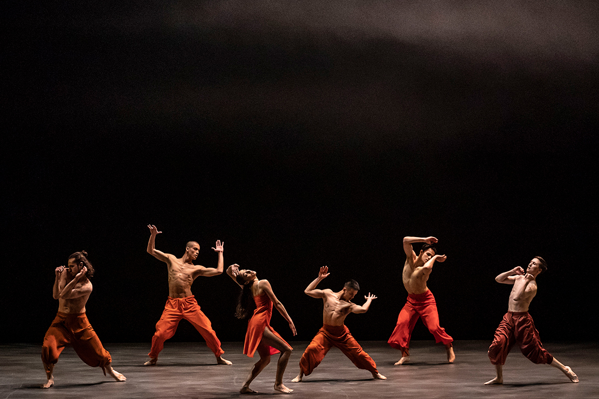 Rambert2 in Andrea Miller's <I>Sama</I>.<br />© Johan Persson. (Click image for larger version)