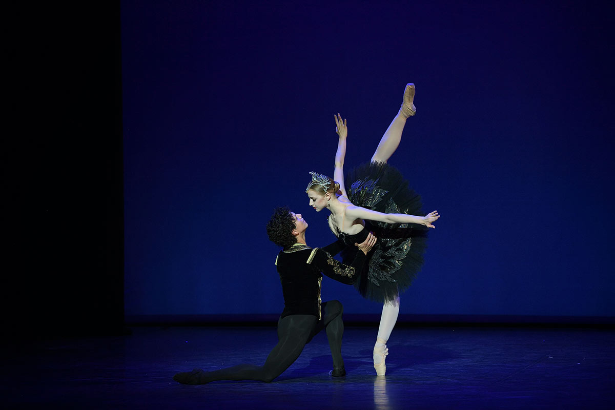 Isaac Hernández and Natascha Mair in Swan Lake .© Laurent Liotardo. (Click image for larger version)