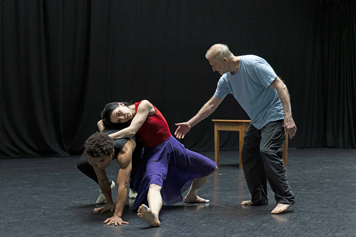 Mats Ek with Natalia Osipova and Marcelino Sambéa in woman with water rehearsals.© Andrej Uspenski, ROH 2021. (Click image for larger version)