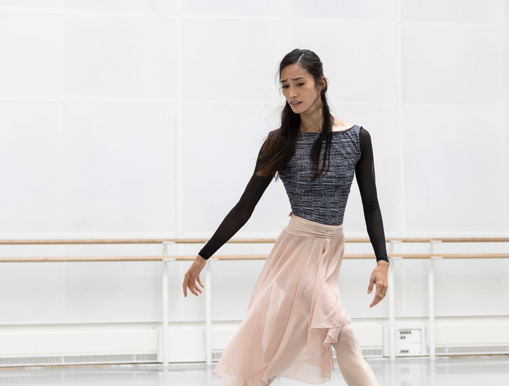 Fumi Kaneko in studio rehearsals of Romeo and Juliet, September 2021.© Foteini Christofilopoulou, courtesy the Royal Opera House. (Click image for larger version)